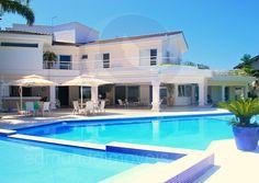 O cenário perfeito para passar as férias com a família e os amigos em alto estilo e com muita diversão deve incluir alguns requisitos básicos: uma casa de praia com amplos espaços de convivência, acomodações confortáveis, lazer ao ar livre e uma generosa piscina.