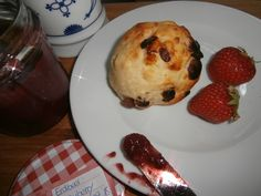 Manchmal machen die einfachen Dinge seehr glücklich :-)  Rosinen-Quark-Brötchen mi einem Erdbeer-Cranberry-Aufstrich