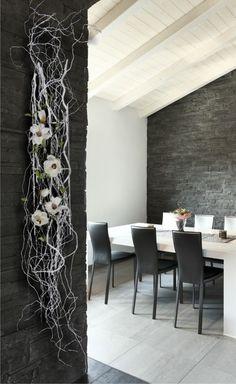 Muurhanger gemaakt met witte Decoratietakken en witte zijde magnolia bloemen.www.decoratietakken.nl: