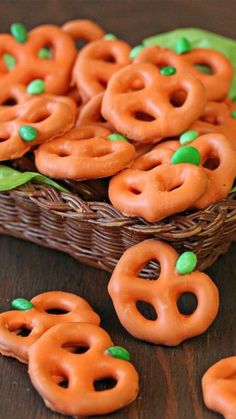 halloween treats These candy-coated cuties take just three ingredients to make. Swap out the minis for giant twists if you want a patch of bigger pumpkins. Click through for the recipe and more Halloween treats to serve up at this years Halloween party. Dulces Halloween, Halloween Torte, Pasteles Halloween, Diy Halloween Treats, Healthy Halloween Snacks, Fall Snacks, Halloween Goodies, Halloween Food For Party, Snacks Für Party