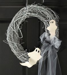 DIY - Spooky Ghost Halloween Wreath (Source : http://www.bhg.com/halloween/indoor-decorating/diy-ghost-projects/#page=3) #halloween #decor #wreath