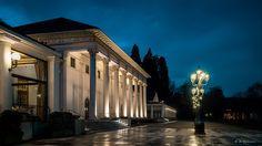 Kurhaus und Casino bei Nacht, als würde Dostojewski gleich im langen Mantel die Treppe herunter kommen. Nur wenige Gehminuten vom Hotel am Sophienpark entfernt.  http://www.hotel-am-sophienpark.de/    Google+ foto: Alxander Bilhardz, Baden-Baden