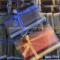 Souvenir Dompet Felly Be  Souvenir dompet dengan bahan satin diluar, warna kain bisa menyesuaikan permintaan Bagian dalam terdapat 2 ruang dengan sekat ditengah, dalam dompet berwarna hitam ( sablon nama biasanya dibagian dalam tutup dompetnya) . . Rp. 7.500 Termasuk sablon nama + mika + pita (warna alas mika dan pita bisa request) . . Untuk pertanyaan dimohon tidak comment diIG, silahkan langsung menghubungi admin kami yang baik hati 😊 Admin Zivie : 0881 261 6288 (setiap hari) Admin Anik…