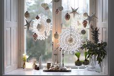 Det bliver med garanti en hvid jul i mange hjem i år, for hvidt julepynt af papir er den helt store trend i år. Det ser da også super sødt ud, ikke mindst hvis man giver det lidt plads, så pynten virkelig kommer til sin ret. Her har vi hængt en masse pynt ...