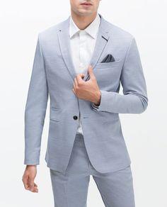 Éste es un abrigo y quedas en la fiesta. Éste es  muy formal. Me gusta el abrigo porque es azul.
