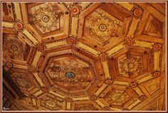 """Chateau de Beauregard: le """"cabinet des grelots"""" de Jean du Thier. Le plafond à caissons, entièrement chevillé, au sein du caisson central figurent les armes de Jean du Thier """"d'azur à trois grelots d'or""""."""