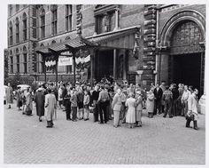 Mensen bij de ingang Rijksmuseum voor de overzichtstentoonstelling van Rembrandt, 10 juli 1956
