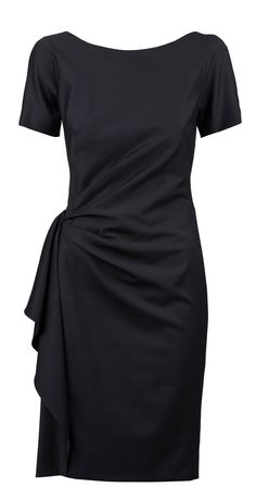 A little black dress always suits! #escada #designeroutletsalzburg