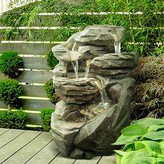 Une fontaine relaxante imitation pierre qui en impose ! On peut aussi bien la mettre à l'extérieur qu'à l'intérieur, des petites led sont installées dans les réservoirs d'eau : ambiance apaisante garantie ;)