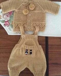 Baby Overalls with detailed cabled bodice and matching sweater Crochet Baby Pants, Knit Baby Dress, Knitted Baby Clothes, Baby Cardigan, Baby Chucks, Baby Pants Pattern, Baby Dungarees, Sweater Knitting Patterns, Baby Sweaters
