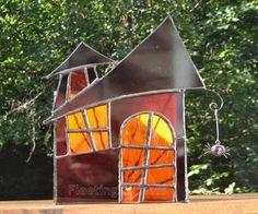 Il sagit dun bougeoir en verre souillé Halloween ou une lanterne douragan. La lanterne na aucun fond, donc vous le placer juste sur une bougie allumée. Les photos que jai pris montrent une bougie thé unique à lintérieur. Une bougie plus grande et peut être employée aussi, la lanterne est assez grande pour contenir 3 bougies de thé.  La lanterne est triangulaire, le front est une maison avec 3 fenêtres en verre violet foncé qui est givré à larrière et les fenêtres sont faites de waterglass…