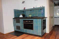 Gast-Kachelherd in Schmiedeblank kombiniert mit Elektro-Einbauherd Kitchen Stove, Oven Cooking, Stoves, Wood, Tiling, Madeira, Woodwind Instrument, Ovens, Wood Planks
