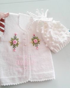 This Pin was discovered by HUZ Crochet Bebe, Diy Crochet, Baby Knitting Patterns, Hand Knitting, Baby Sweaters, Dress Patterns, Baby Dress, Crochet Projects, Hand Embroidery