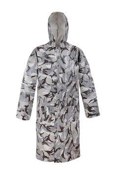 """MANTEAU À CAPUCHE IMPERMÉABLE EN CAMOUFLAGE Modèle: 106/CAM Le manteau en couleurs de camo vous offre un bon """"camouflage"""". Il possède la fermeture à boutons pression, une capuche fixe et 2 poches soudées. Le modèle est fabriqué en tissu imperméable PVC/cotton. Le manteau est recommandée à l'usage dans des conditions météorologiques défavorables, pour la pêche et la chasse, et aussi d'autres activités dehors. Le manteau protège contre le vent et contre la pluie."""