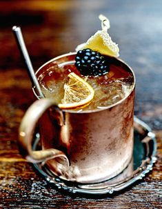 Recette Cocktail Gaelic Buck : Pour qu'il soit bien frais, placez un verre au réfrigérateur 1 h avant de composer le cocktail. Préparez le cocktail directement dans le verre : versez tous les liquides (sauf le Ginger Ale), ajoutez 4 ou 5 glaçons et mélangez le tout délicatement. Allongez ave...