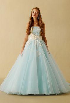 アイスブルーにホワイトを効かせたシャーベットカラーがロマンティックなドレス。タフタとチュールを使用した、バックスタイルのデザインフリルが印象的なポイントです。お好みでフラワーベルトなどをコーディネートすると、より可愛らしくフェミニンな花嫁スタイルが完成します。※ウエストベルトはオプション商品です。 Turquoise Wedding Dresses, Colored Wedding Dresses, Wedding Dress Styles, Fairytale Gown, Marine Uniform, Lavender Dresses, Ballroom Dress, Ball Gown Dresses, Beautiful Gowns
