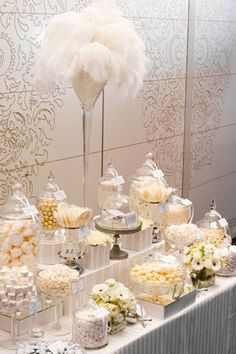 Buffet dulce golosinas blanco plumas lujo wedding Stunning all white candy display candy bar Great Gatsby Motto, Great Gatsby Theme, Great Gatsby Wedding, Wedding Ideas, 1920s Wedding, Wedding Themes, 1920 Theme, Wedding Candy Table, 1920s Party