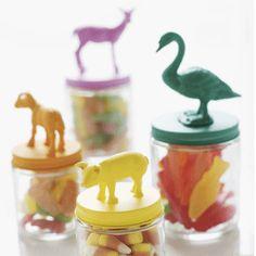 Glaswerk, lijm, speelgoeddieren en verf. Dat is alles wat je nodig hebt om deze leuke potjes te maken. Met dieren op deksels!