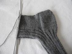 Hjemmelaget: Sokker med gammaldags hælfelling. ( oppskrift) Chrochet, Knit Crochet, Slipper Boots, Knit Picks, Knitting Projects, Knitting Socks, Handicraft, Mittens, Needlework
