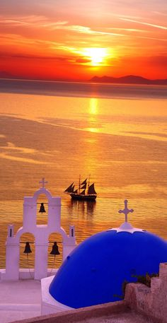 Amazing Santorini with churches and sea view in Greece                                                                                                                                                                                 Más