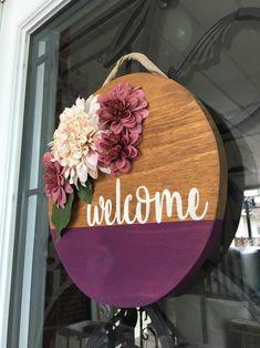 Colgante de puerta redonda personalizada | Etsy Custom Door Hangers, Wooden Door Hangers, Initial Door Hanger, Wooden Door Signs, Diy Wood Signs, Painted Wooden Signs, Crafts To Sell, Diy And Crafts, Ideias Diy