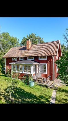 Glasveranda Swedish Cottage, Red Cottage, Swedish House, Cottage Homes, Guest House Plans, House Floor Plans, Small House Living, Country Home Exteriors, Red Houses