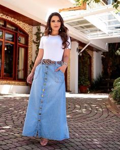 21 Trendy Outfits With Denim Skirts Long Denim Skirt Outfit, Denim Skirt Outfits, Maxi Outfits, Denim Skirts, French Chic Fashion, Jeans Rock, Long Maxi Skirts, Latest Dress, Modest Fashion