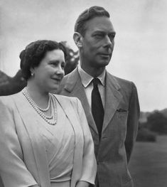 King George VI and H. Queen Elizabeth, (later Queen Elizabeth, the Queen Mother) in the grounds of Windsor Castle, George Vi, Lady Elizabeth, Princess Elizabeth, Royal Queen, King Queen, Pincesse Margaret, Reine Victoria, Elisabeth Ii, Duchess Of York