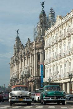Premiers pas à Cuba, hébergement et astuces (Detour Local) -> Rue grandiose du Havana Vieja www.detourlocal.com/premiers-pas-cuba-astuces/
