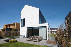 nl - the website with modern self-build affordable housing for individuals Affordable Housing, Facade, Villa, Mansions, House Styles, Building, Outdoor Decor, Barn Houses, Inspireren