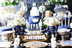 A Celebration By Dip en Dap optou por tons de azul-marinho e dourado para compor a decoração do chá de bebê do filho da atriz Thaís Pacholek e do sertanejo Belutti. Como a parede da sala do casal é cinza chumbo, foram utilizadas flores brancas na mesa, como rosas, gipsofilas --também conhecidas como mosquitinhos--, astromélias e boca-de-leão