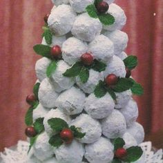 Edible Christmas Tree Centerpiece - use a styrofoam cone put on pretty plate with pretty doily and stick toothpicks into it and stick on a small powdered sugar donut hole and layer until it is how you want it. Then add cranberries and mint leaves. Christmas Tree Food, Christmas Tea Party, Mexican Christmas, Christmas Breakfast, Christmas Appetizers, Christmas Goodies, Christmas Desserts, Christmas Treats, Christmas Baking