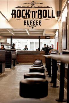 """O que fazer em SP: ouvir o bom e rock n' roll e se """"acabar"""" no hambúrguer com batata frita na rua augusta do ROCK' N' ROLL BURGUER"""