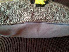 Capa de almofada em crochê com a Super Star, a famosa estrelinha do jogo Super Mario! Uma ótima opção de presente!   Ela mede 40 x 40cm, com a parte detrás em tecido oxford cinza escuro e fechamento em zíper, para facilitar a lavagem ou a troca da capa.   A frente é feita em lã 100% acrílico da m...
