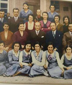 """Nokta """" Atatürk'ün öldüğü gün İstanbul Üniversitesinde ders okutan Alman Profesör derse girdiğinde öğrencilerin üzgün halini görünce yüreği parça parça olmuş üniversite rektörüne telefon ederek ; - Bugün ders veremeyeceğim ne yapayım? diye sordu. - """"Sizin memleketinizde büyük bir adam ölünce ne yapılıyorsa onu yapın."""" dedi. Yabancı profesörün cevabı şu oldu : -"""" Almanya'da hiç bu kadar büyük adam ölmedi'ki..!!!'"""