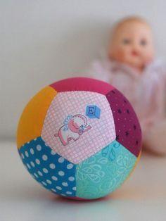 Como hacer una pelota para bebe de patchwork | Todo Manualidades
