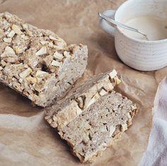 Gesundes und veganes Apfelbrot - nur leicht gesüßt und mit Mandeln und Haferflocken verfeinert. So lecker und gesund!