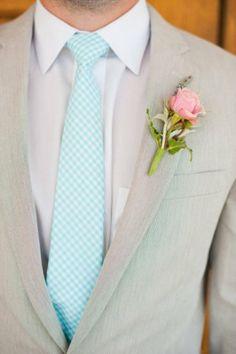 #noivo de fato claro bege com gravata aos quadrados em turquesa #casarcomgosto