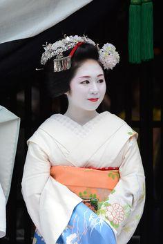 Maiko Ichitomo watching the Gion Matsuri parade...