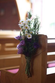 Pew Ends Wedding Church Wedding Ceremony, Summer Wedding Bouquets, Wedding Reception Flowers, Daisy Wedding, Purple Wedding, Floral Wedding, Church Pews, Church Pew Decorations, Flower Decorations