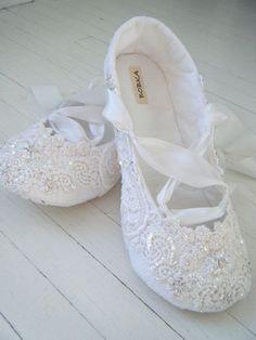Dentelle à la main Appartements de mariée, chaussures de ballet de cristal, faites sur mesure par BobkaBaby
