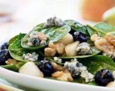 Salade aux pousses d'epinard, gorgonzola, poires et noix : http://www.cuisineaz.com/recettes/salade-aux-pousses-d-epinard-gorgonzola-poires-et-noix-59309.aspx