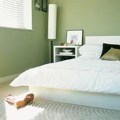 zen touch schlafzimmer einrichtung grüne akzentwand baumdruck ... - Wohnideen Schlafzimmer Niedrig