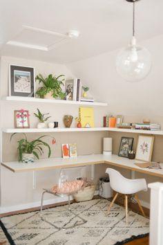escritorio de canto com prateleiras e mão francesa super clean e organizado. Aproveitou muito bem um canto que poderia ser morto