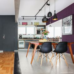 Learn how to decorate and create a warm home using dark colors such as black gray and purple. Dinning Room Tables, Dining Room Design, Interior Design Living Room, Interior Decorating, Scandinavian Home, Contemporary Interior, Colorful Decor, Decoration, Home Kitchens