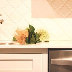 Discover Kitchen Backsplash Tips from Guest Contributor, Jennifer Riner of Zillow! From resale value to versatility, consider all the options @ MissionStoneTile.com/Blog 🍃 #missionstonetile 📷 by @abondsproductions #interiordesign #homedecor #kitchenbacksplash #zillow #home #resale #arabesquetile #nashvilleinteriors #tile #kitchen #design #details #fresh #tileaddict #instagood