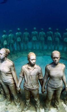 Beeindruckend, die Unterwasser-Skulpturen von Jason deCaires Taylor (www.jasondecairestaylor.com) Mehr Bilder hier: http://www.travelbook.de/welt/Spektakulaerer-Unterwasserpark-Wo-Kunst-von-der-Natur-geformt-wird-508277.html