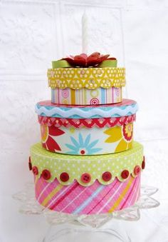 hat box birthday cake,, great for centerpieces :)