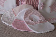 Tres baberos combinando diferentes telas. Baby Knitting Patterns, Baby Patterns, Baby Booties, Baby Shoes, Baby Bedding Sets, Burp Cloths, Baby Bibs, Diy For Kids, Car Seats