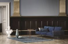 Das royale Blau dieses Sofas verleiht jedem Wohnzimmer einen edlen Touch